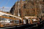 Старый деревянный корабль. На ходу. Под британским флагом