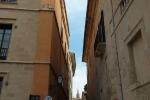 Узкие готические улочки старых кварталов в центре Пальма-де-Майорка