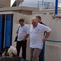Три богатыря надзирают за уборкой яхты